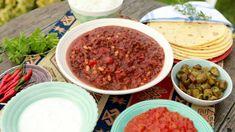 Chilli con carne je skvělé zahřívací jídlo. Navíc je velmi společenské, stačí vše servírovat ve velkých mísách a každý si nabere jen to, co má rád. Veg Recipes, Salsa, Meat, Food, Chile, Chili Con Carne, Vegetarian Recipes, Plant Based Recipes, Essen
