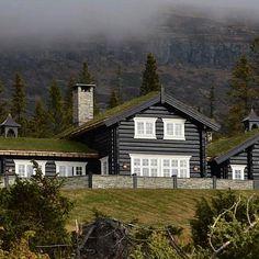 """JØNLAND AS on Instagram: """"#hytte #jønland har levert #omramming #klokketårn rekkverkstolper og #mønespir til dette #fantastisk bygget. #spir #omramminger…"""" Green Roofs, Log Homes, Cabin, House Styles, Beautiful, Instagram, Home Decor, Historia, Timber Homes"""