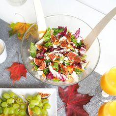 Herkullinen sadonkorjuu salaatti 🥗🍁 Super hyvää ja helppoa- tähän tarvitsee ainoastaan Salaattisekotuspussi, tomaattia, kurkkua, punasipulia, porkkanaa, fetaa, viikunoita ja loraus balsami kastiketta.👌🍂#seasonfood #fig #colorfulfood #fallseason #sadonkorjuu #saladheaven #healthyrecipes #recipe #heresmyfood #fallfood