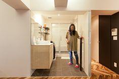中古を買ってリノベーションの相談はEcoDeco.リノベーションの事例写真たくさんあります。不動産購入、リノベの相談無料。#リノベーション#インテリア#東京#照明#家づくり#home #house#趣味#趣味を楽しむ#整理整頓#暮らし#玄関#ヴィンテージ#洗面#洗面インテリア#洗面所 Mirror, House, Home, Mirrors, Homes, Houses