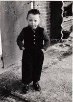 Streekdracht  Hendrik Veyer met trui in 1952  Staphorster kinderdracht   Staphorst is één van de weinige plaatsen waar kinderen nog tot het einde van de twintigse eeuw in dracht gelopen hebben. Vooral de meisjes, want de jongensdracht verdween snel na de Tweede Wereldoorlog. De kleding van Hendrik Veyer laat een overgangsvorm zien. Bij de Staphorster klepbroek en het traditionele vest draagt hij een voor die tijd moderne gebreide trui. Het is voor het eerst dat gebreide truien en wat later…