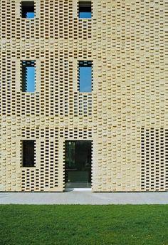 벽돌은 우리에게 친근하면서도 유연한 재료임에 틀림없습니다. 여기 컨트리하우스에 쓰여진 벽돌은 건축가가 지향하는 지역적 특색과 전통 그리고 현대적 공간과의 접목 및 재해석을 훌륭히 소화해 냅니다. 게다가 내부 환경의 쾌적성을 고려한 더블스킨으로 브리즈-솔레이유와 같이 패시브 디자인요소 사용됩니다. 이렇게 구성된 내부주거환경은 최소한의 에너지를 사용과 더불어 효율적인 에너지 사용을 이루어 냅니다. 과거..