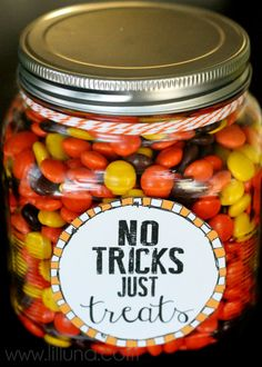 Tricks Just Treats Jar No Tricks, Just Treats Jar. Free printables - perfect for a Halloween neighbor or teacher gift!No Tricks, Just Treats Jar. Free printables - perfect for a Halloween neighbor or teacher gift! Halloween Teacher Gifts, Halloween Goodies, Holidays Halloween, Halloween Treats, Halloween Party, Halloween Costumes, Fall Teacher Gifts, Halloween Stuff, Halloween Goodie Bags