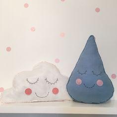 Duas amiguinhas! Almofada nuvenzinha e gotinha que podem ser usadas juntas, separadas, juntas e separadas, separadas e juntas e como você…