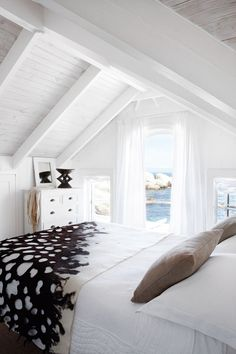 Beach Bungalow (cape town) | from http://www.houseandleisure.co.za/laid-back-beach-bungalow/
