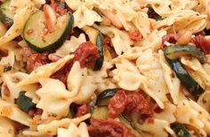 Schneller Nudelsalat mit getrockneten Tomaten und angebratenen Zucchini, der auch den Männern schmeckt. Der Trick: die Maggi Würzmischung Nr. 6.