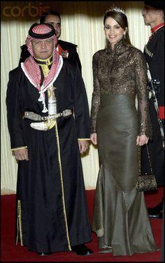 The Evolution of Queen Rania of Jordan's Royal Style Jordan Royal Family, King Abdullah, Jordan Fashions, Queen Rania, Estilo Real, Royal Queen, Neutral Outfit, Navy Midi Dress, Royal Weddings