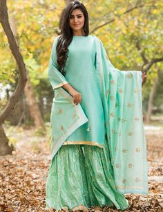 plain salwar suit with heavy dupatta Designer Punjabi Suits, Indian Designer Wear, Sharara Suit, Salwar Suits, Pakistani Bridal Dresses, Indian Dresses, Plain Kurti, Heavy Dupatta, Sharara Designs