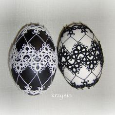 Powoli ubieram jajka w frywolne koronki. Zrobiłam kilka w kolorach nie kojarzących się z wiosną, ale może będą pasować do nowoczesnych ... Needle Tatting, Tatting Lace, Easter Crochet, Tatting Patterns, Beaded Ornaments, Etsy Handmade, Seasonal Decor, Bellisima, Easter Eggs