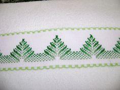 La segunda toallita facial del juego verde parecen unos pinitos, son en bordado yugoslavo