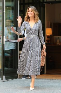 Look of the Day: August Rose Byrne - Rose Byrne wore a breezy Valentino wrap dress for the ultimate summer ensemble while out and about in NYC. White pumps and waves finished off the look. Dress Skirt, Wrap Dress, Shirt Dress, Casual Dresses, Fashion Dresses, Summer Dresses, Elegant Dresses, Dresses Dresses, Wedding Dresses