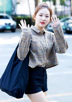 Who& in charge of fashion in your bias group? - Page 2 . Velvet Fashion, Seulgi, Korean Girl, Celebrity News, Red Velvet, Korean Fashion, Bell Sleeve Top, Dress Up, Ruffle Blouse