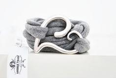 www.andreatraub.com Sehr schönes gewickeltes Stoffarmband in grau mit  versilbertem Herz aus Metall (Herz hat ca. 4,0cm im Durchmesser).  Das Armband ist ein Endlosb...