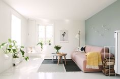 Birght Scandinavian living room with green wall and pink sofa Interior Design Living Room, Living Room Designs, Living Spaces, Interior Decorating, Living Room Inspiration, Home Decor Inspiration, Living Room Scandinavian, Norwegian House, Turbulence Deco