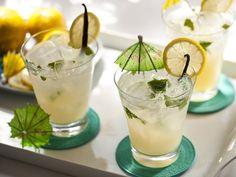 Bebida altamente hidratante e desintoxicante. A limonada com água de coco é ótima opção para inserir em uma dieta detox. Além disso, a mistura fica super refrescante no verão.