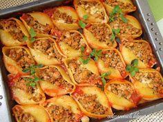 Idealne na obiad smaczne muszle makaronowe nadziewane mięsem mielonym zapiekane w sosie pomidorowym
