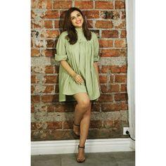 Go greeeeeeen! Parineeti Chopra looks bold in this olive green color mini dress. Indian Celebrities, Bollywood Celebrities, Bollywood Actress, Celebrity Fashion Looks, Celebrity Look, Celebrity Photos, Bollywood Stars, Bollywood Fashion, Parneeti Chopra