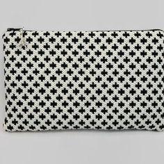 Trousse pochette plate en tissu jacquard fond blanc cassé et croix noires
