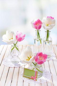 Niemand sagt, dass nur eine Vase mit Blumen auf den Tisch muss. Mehrere kleine Vasen mit nur ein bis zwei Blüten können gut auf einer langen Tafel verteilt werden. #homestory #homestoryde #home #garden #table #inspiring #flowers #decoration