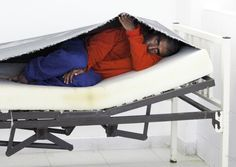 Angekommen auf der Endstation: Ein Patient versteckt sich unter dem Matratzenbezug. Fast 20 Männer müssen sich den Schlafsaal teilen - Privatsphäre oder persönliche Gegenstände gibt es nicht.