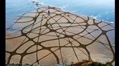 Desde hace 12 años, el artista estadounidense Andres Amador diseña formas geométricas y gráficos gigantes sobre la arena de las playas.