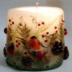 Świeca świąteczna, z suszonymi gałązkami, głogiem, owocami dzikiej róży i ostrokrzewu, szyszkami, mała