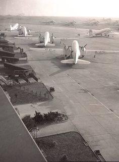 Anos 50. Aviões aguardam na pista do Aeroporto Santos Dumont, às margens da Baía de Guanabara e nas proximidades do Pão de Açúcar, no Rio 10/07/1957
