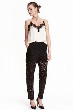 Kanten broek: Een rechte, kanten broek met een normale taille. De broek heeft steekzakken en een blinde ritssluiting opzij. Deels gevoerd.