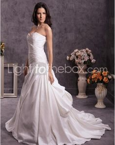Just as pregnant brides should put on maternity wedding dresses, every bride also ought to pick out their own special and fitted wedding dresses. Here is the Sweetheart Sweep/Brush Train A-line Wedding Dresses With Appliques Pick-Ups right for you. Strapless gown with sweetheart pleated asymmetrical bodice,