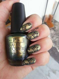Roller Derby Nails. OPI - Just spotted the lizard, stämplat med Bundle Monster BM05 och OPI - Lady in black. Över har jag målat OPIs matta top coat.