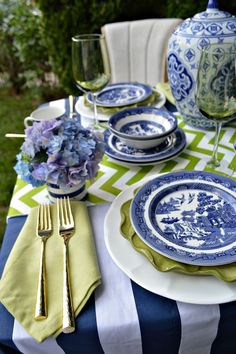 Blue and Green Summer Tablescape Source by mossyeaves tablescapes Blue Willow China, Blue And White China, Blue China, Navy Blue, Blue Willow Decor, White Table Settings, Beautiful Table Settings, Place Settings, Blue Dishes