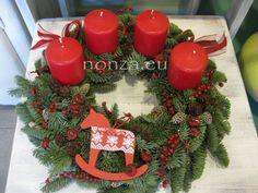 Adventi koszorú piros-fehér színben Advent, Christmas Wreaths, Glamour, Holiday Decor, The Shining