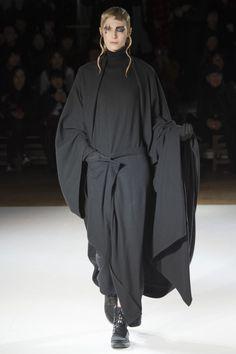 Yohji Yamamoto Fall 2015 Ready-to-Wear Collection Photos - Vogue Yohji Yamamoto, Fashion Week, Runway Fashion, Fashion Show, Fashion Trends, Fashion Details, Fashion Fashion, Dark Fashion, High Fashion
