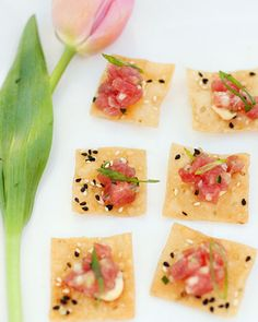Tuna tartare on crackers