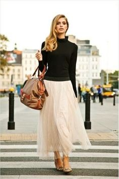 mix the unexpected: tulle skirt with a sleek black turtleneck - I had quite a few tulle skirts pinned,musically worn with casual tops Look Fashion, Fashion Beauty, Autumn Fashion, Womens Fashion, Fashion Trends, Skirt Fashion, Net Fashion, Romantic Style Fashion, Fashion Models