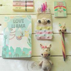 Buenas a todos 🌈✨ Cómo están?😊 yo super feliz porque empezó la época en que veo llamas por todos lados! En casas de decoración,… Love Crochet, Crochet Baby, Llama Alpaca, Crochet Accessories, Giraffe, Crochet Patterns, Diy Crafts, Esty, Knitting