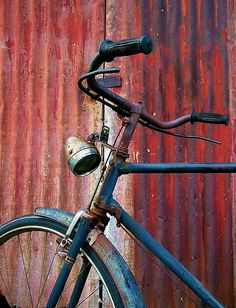 rusty details of an old bicyle found parked beside a hindunese temple in malacca, malaysia Bicycle Store, Old Bicycle, Bicycle Art, Bicycle Painting, Mountain Bike Shop, Bicycle Pictures, North Palm Beach, Arte Pop, Vintage Bicycles