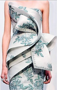 fashionfeude: notordinaryfashion: iambusinesscasual: I am in love with this dress! Someone tell me where to purchase it pleaseeee. It looks like couture. most likley marchesa Style Haute Couture, Couture Fashion, Runway Fashion, High Fashion, Womens Fashion, Marchesa Fashion, Marchesa Dresses, Fashion Trends, Beautiful Gowns