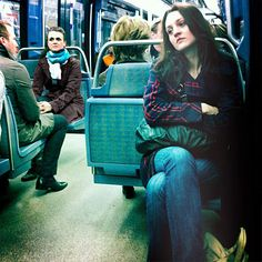Roser Diaz Bermejo retrata la soledad, incomunicación  e individualismo de la sociedad contemporánea que viaja cada día en metro. Travel by tube alone and lack of communication everyday.