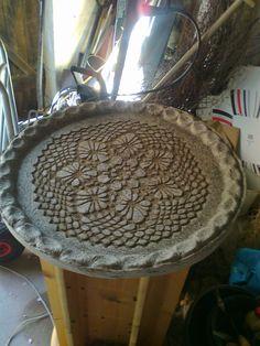her billede af beton bord, støbt på fad. fra ANETTESKUNST.