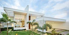 Casa com duas vagas cobertas de garagem