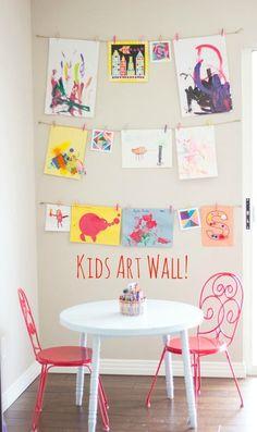 壁に張ったヒモに、絵をピンで留めるだけの簡単ディスプレイ。出来上がった作品を次々重ねていくのも楽しいですね。