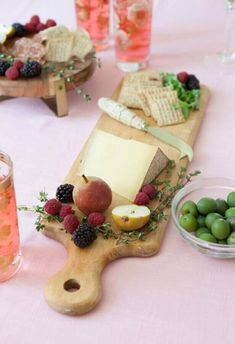 The perfect cheese plate. Antipasto, Antipasti Platter, Charcuterie, Good Food, Yummy Food, Snack Recipes, Snacks, Party Food And Drinks, Cafe Food