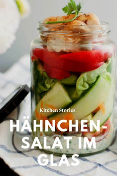 Schnell und einfach und perfekt zum #Mitnehmen ins Büro oder für #Unterwegs: ein nahrhafter #Salat mit #Hähnchen im Glas! So mischst du die Zutaten richtig zusammen, um den Salat frisch zu genießen. #Rezepte #schnell #Lunch #gesund #lowcarb