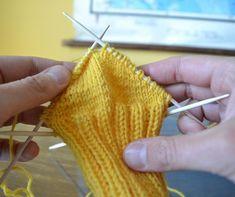 Tiimalasikantapää (ja mikä siinä voi mennä pieleen) - Neulovilla Knitting Socks, Knitted Hats, Drops Design, Fingerless Gloves, Arm Warmers, Crochet Patterns, Weaving, How To Make, Knits