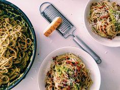 Gezonde spaghetti carbonara met gerookte bacon, erwten, amandelen en basilicum