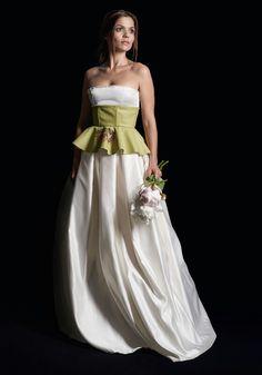 Abito in raso bianco con corpetto in pelle decorata ad Arabe Fenice variopinta.