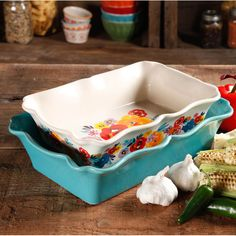 The Pioneer Woman Flea Market ruffle top ceramic bakeware set adds charming style and modern function to the kitchen of any home cook.
