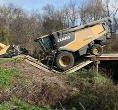 Bridge collapse with a CLAAS Combine Old John Deere Tractors, Farm Toys, Farms Living, Screwed Up, Advertising Signs, Car Humor, Lifted Trucks, Heavy Equipment, Farm Life