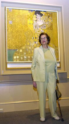 Remarkable true story behind Helen Mirren's new film The Woman in Gold - Victory: Maria Altmann, then poses in front of the painting Gustav Klimt, Klimt Art, Maria Altmann, Woman In Gold, Portraits, Helen Mirren, Art Nouveau, Installation Art, Love Art
